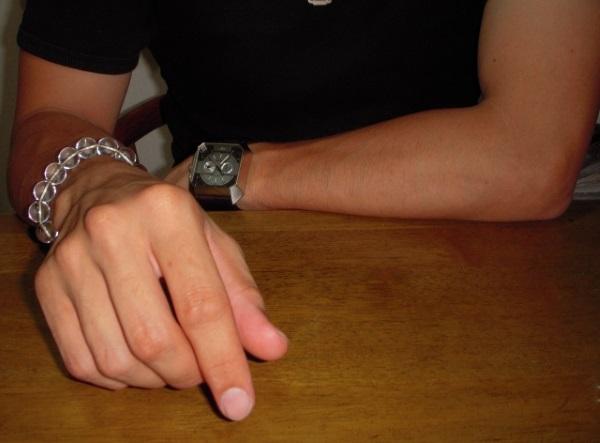 男性の腕に運気アップのブレスレット