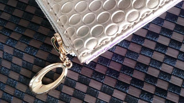 金運万倍九星財布の取っ手の部分には一粒万倍財布を意識したデザインになっています