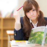 受験勉強を頑張る女子学生