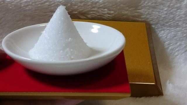 赤色の台座に盛り塩を乗せる